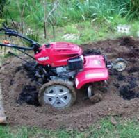 花壇を耕す